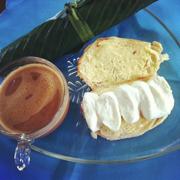 kesong puti, pan de sal, tsokolate © Bianca Garcia