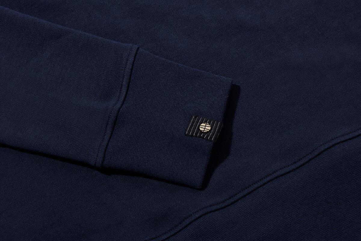 Sleeves cut long and tight. Seals gap between jacket + glove.