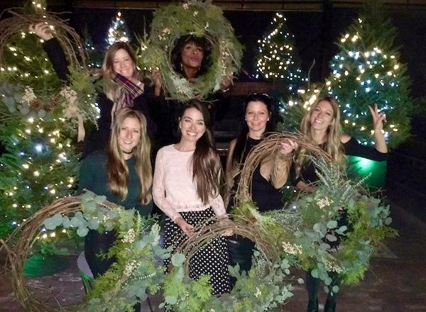 Avec nos belles couronnes de Noël dans la cour extérieure du Richmond