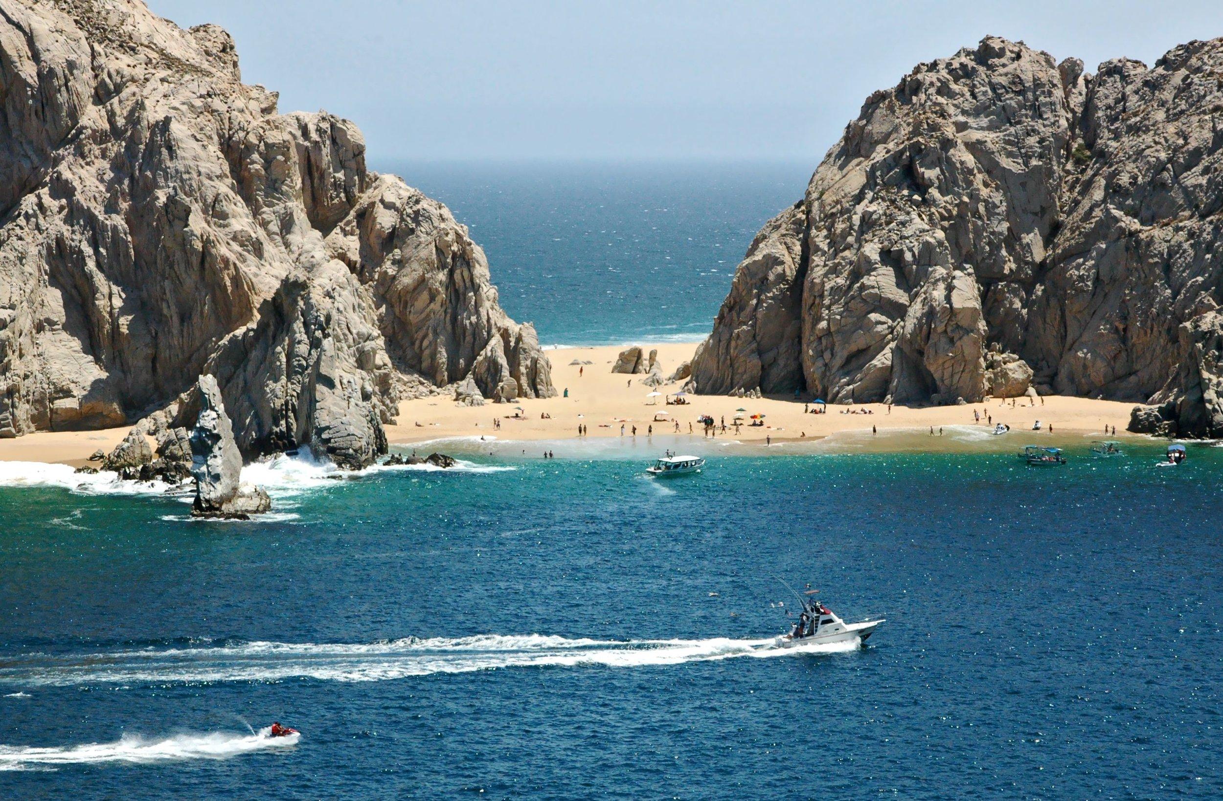 La plage des amoureux (Lover's Beach), accessible uniquement par bateau, est très populaire auprès des touristes