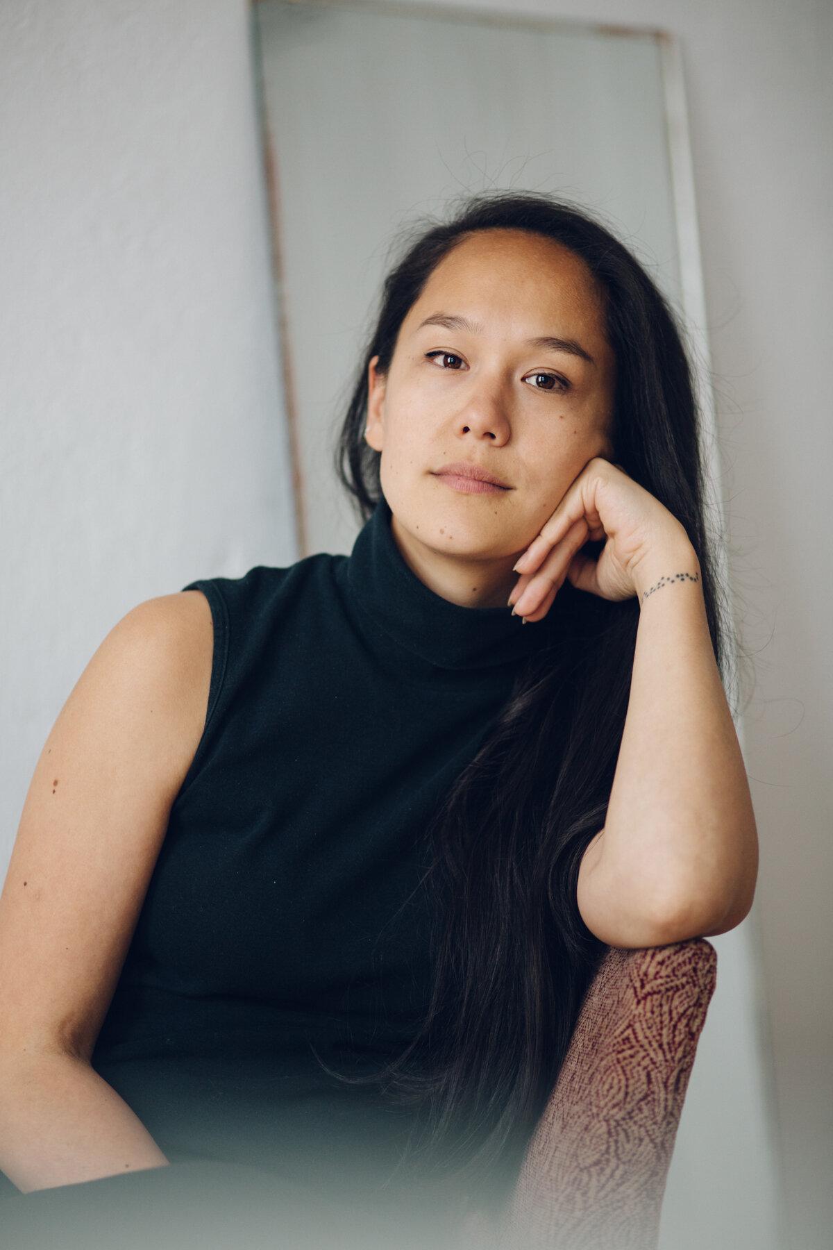 """KARRY是一位独立的战略顾问,帮助影响力驱动型品牌将目标转化为行动。你可能会发现她在和衣橱里的飞蛾交谈:""""也要欣赏你的衣服和洞。""""可持续时尚……"""