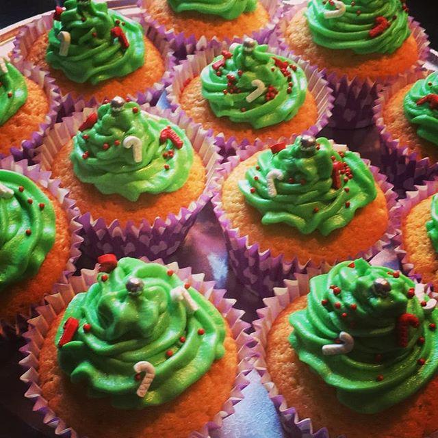 Rotakids festive cake stall #ampthillflexi #rotakids #christmascupcakes #fundraisingfriday