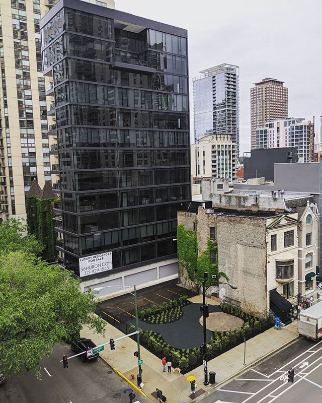 New vantage point new landscaping with 6 guest parking spaces. #56huron #jamesonsothebys#jsir #newconstruction #condo #realestate #chicagorealestate #kiferbaum #kiferbaumdevelopment #cityscape