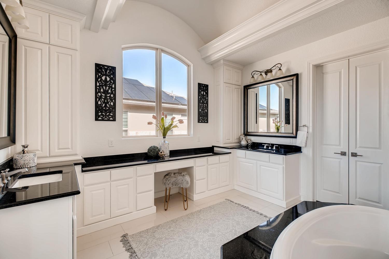 7847 Vanity Hill San Antonio-large-022-16-Master Bathroom-1500x1000-72dpi.jpg