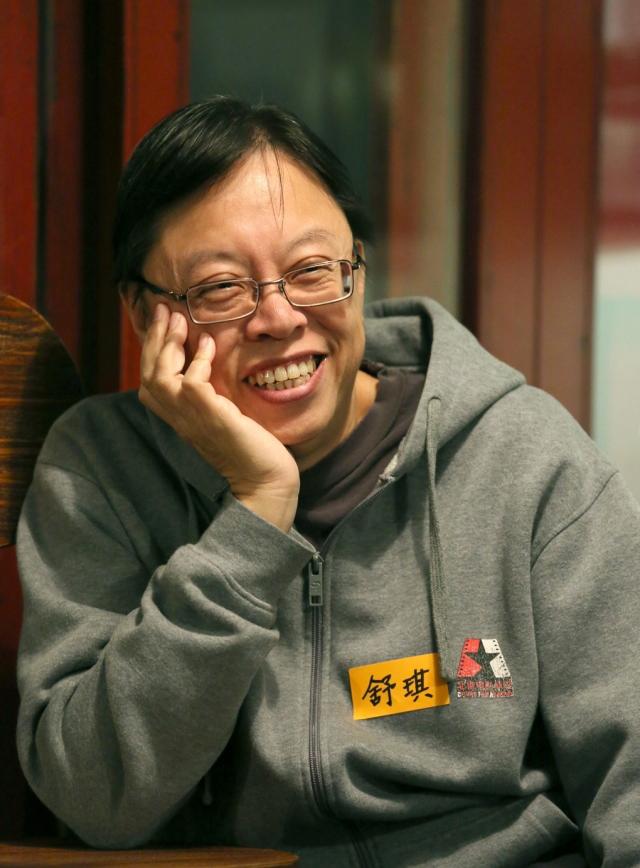舒琪 - 香港導演、影評人。畢業於香港大學英文系,畢業後加入過佳藝電視、香港電視廣播有限公司及嘉禾電影公司擔任編劇及副導演,1979年創辦《電影雙周刊》雜誌。1984年成立「創造社」發行藝術及獨立電影超過200部,1997年開設電影專門書店「壹角度書店」(P.O.V. Bookstore)。1981年執導第一部作品《兩小無知》獲得國際天主教金炬獎。迄今共導演了八部電影。其中《沒有太陽的日子》獲柏林國際電影節OCIC大獎。《基佬四十》获洛杉磯Outfest評審團大獎。曾任香港中文大學邵逸夫堂駐校藝術家,香港大學比較文學系客席講師。2005-16年在香港演藝學院電影電視學院任高級院長。