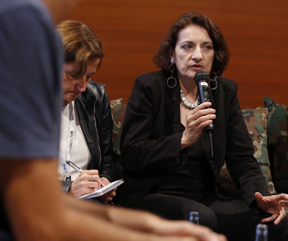 贝蕾妮斯· 雷诺Berenice Reynaud - 加州艺术学院教授,电影评论家,作家,策展人。生于法国,早期对于美国实验电影和独立电影有深入研究,并在法国电影月刊《电影手册》(Cahiers du cinéma)上发表多篇文章。她曾多次到访中国大陆,香港,台湾,成为把华语实验电影、影像艺术传播到美国和法国的先驱。作为电影评论家,她长期关注美国实验电影,女性电影,中国电影,非洲电影等,她长期与法国电影月刊《电影手册》合作,她也曾在世界多家专业电影评论杂志发表文章,如英国的《视与听》(Sight & Sound), 美国的《电影评论》(Film Comment)等。她的著作有《新中国,新电影》(Nouvelles Chinese, nouveaux cinemas)和《侯孝贤的悲情城市》(Hou Hsiao-hsien's