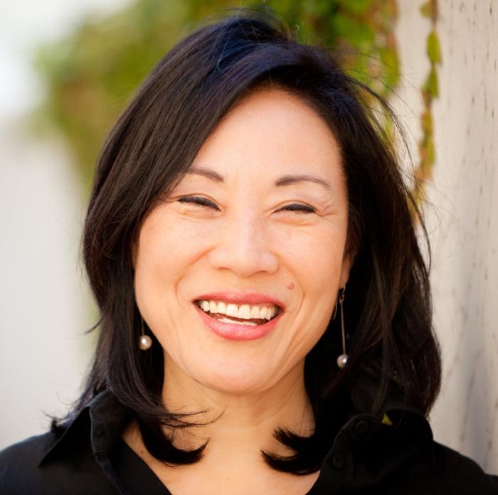 """杨燕子 - 作为一名好莱坞制片人,杨燕子深深植根于中国,手捧无数奖项,並与多名世界级导演和演员合作过,其中最著名的是她与史蒂夫·斯皮尔伯格合作的《太阳帝国》(华纳兄弟),这也使她与多次奥斯卡奖得主奥利弗·斯通展开了长期合作——她在标志性先锋影片《喜福会》(迪斯尼)中担纲监制,在由米洛斯·福尔曼执导、伍迪·哈里森及爱德华·诺顿主演、获得金球奖的影片《性书大亨》(哥伦比亚电影公司)当中担纲制片人。 《好莱坞报道杂志》将杨燕子列入了""""好莱坞50位最具影响力女性""""榜单之一。 杨燕子的电影生涯开始于一家发行公司,她致力于将中国电影引进北美市场,其中包括著名导演陈凯歌及张艺谋的作品。她同时也为美国电影引进中国市场提供了巨大助力,在中美电影工业脱节数十年后,她以经纪人身份代表若干电影公司成功达成了好莱坞电影在中国市场的首次销售。"""