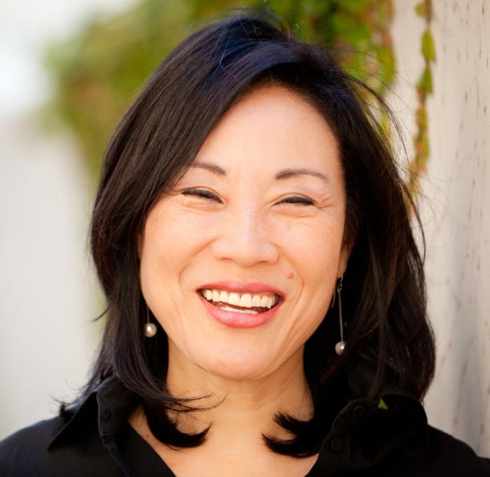 楊燕子 - 作為一名好萊塢製片人,楊燕子深深植根於中國,手捧無數獎項,並與多名世界級導演和演員合作過,其中最著名的是她與史蒂芬·史匹柏合作的《太陽帝國》(華納兄弟),這也使她與多屆奧斯卡獎得主奧利佛·斯通展開了長期合作——她在代表性創新影片《喜福會》(迪斯尼)中擔綱監製,在由米洛斯·福爾曼執導、伍迪·哈里遜及愛德華·諾頓主演、獲得金球獎的影片《情色風暴1997》(哥倫比亞電影公司)當中擔綱製片人。 《好萊塢報道雜誌》將楊燕子列入了「好萊塢50位最具影響力女性」榜單之一。 楊燕子的電影生涯開始於一家發行公司,她致力於將中國電影引進北美市場,其中包括著名導演陳凱歌及張藝謀的作品。她同時也為美國電影引進中國市場提供了巨大助力,在中美電影工業脫節數十年後,她以經紀人身份代表若干電影公司成功達成了好萊塢電影在中國市場的首次銷售。