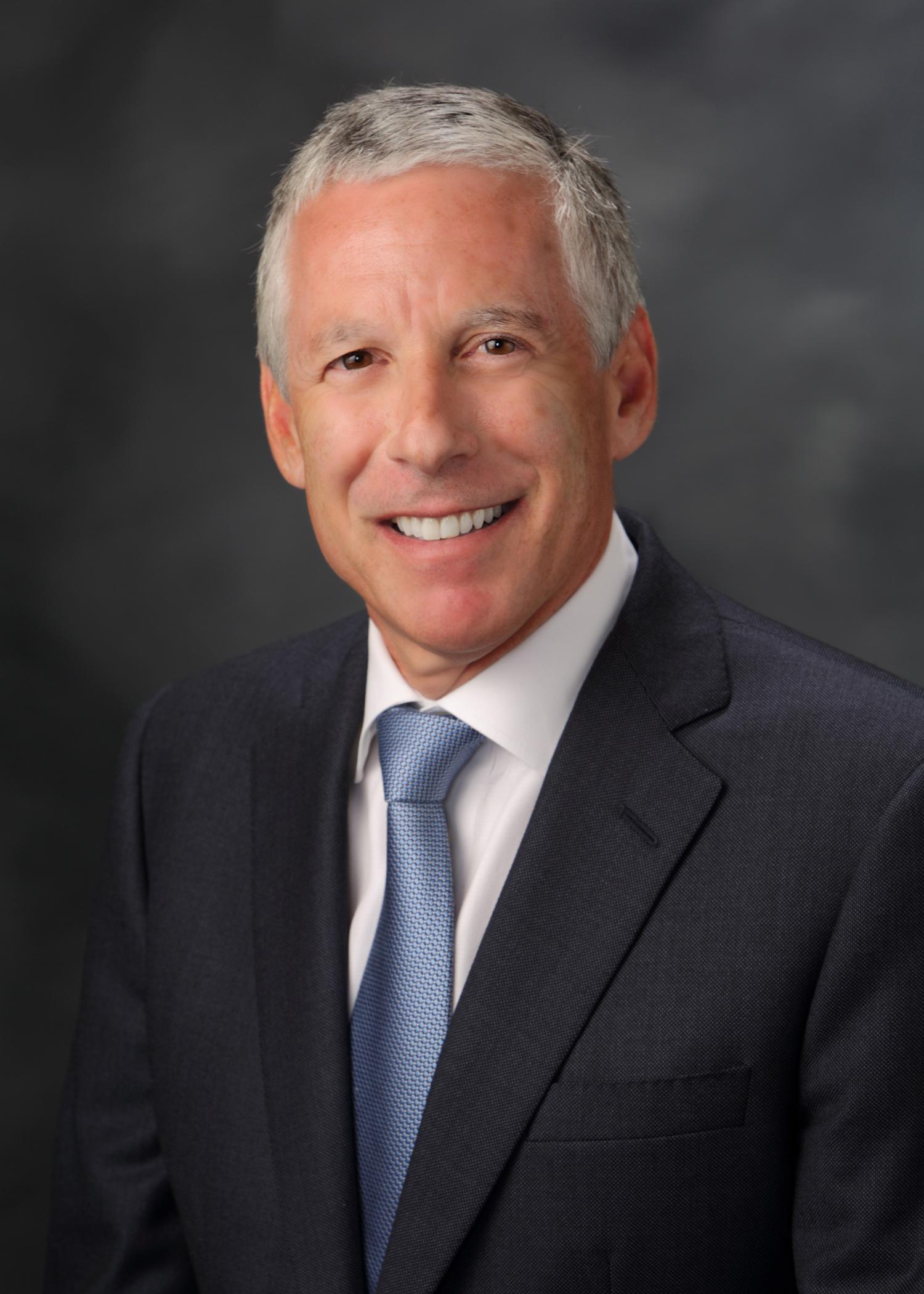 Bennett Pozil - Bennett Pozil 银行家,现以执行副总裁身份就职于East West 银行。Pozil负责监管美国和中国娱乐贷款行业的业务。最近由East West 银行提供贷款的电影项目包括John Woo的The Crossing和Chen Kaige的The Monk。在加入East West银行之前,Pozil曾担任Natixis洛杉矶办事处的常务董事长达11年。在Natixis,Pozil完成了包括卧虎藏龙在内的一百多部电影的融资。