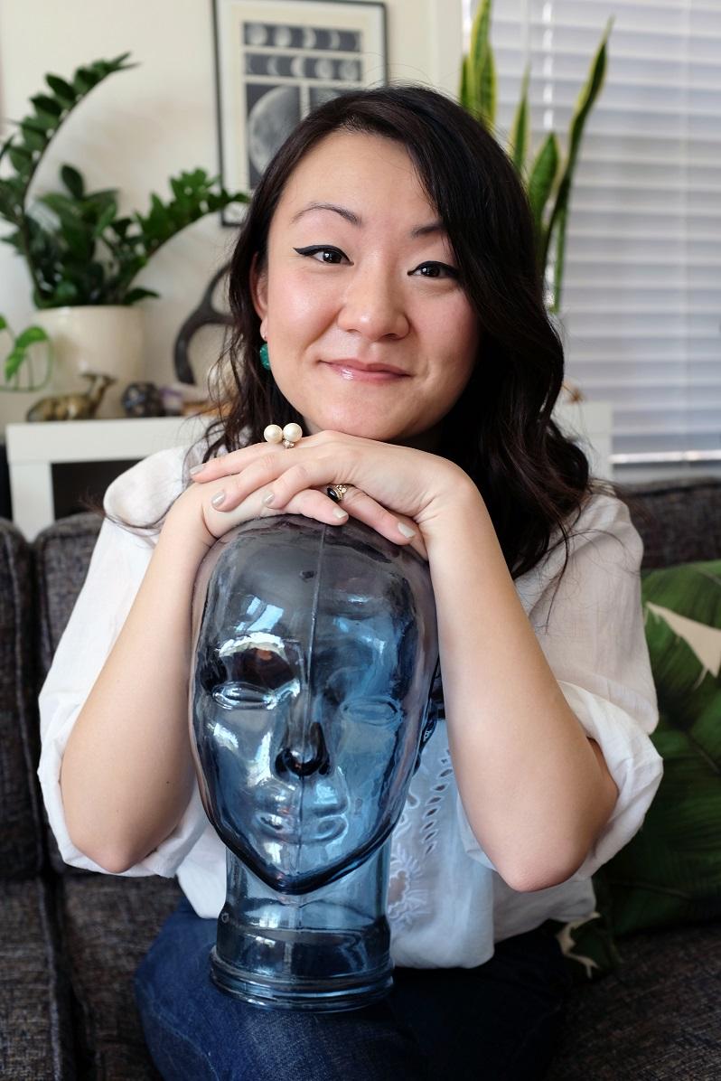 Helen Shang - Helen Shang,base在洛杉矶的编剧。她出生于北京,在湾区长大。她为NBC电视台的剧集《汉尼拔》第3季编写过剧本。她并意识到自己在黑暗的心理剧中有创作天赋。此后,她为哥伦比亚广播公司的《夏威夷五世》和《黑暗之心》(Crackle)进行编剧。《黑暗之心》是基于约瑟夫康拉德的科幻小说改编。她目前正在撰写Netflix的《13个理由》。