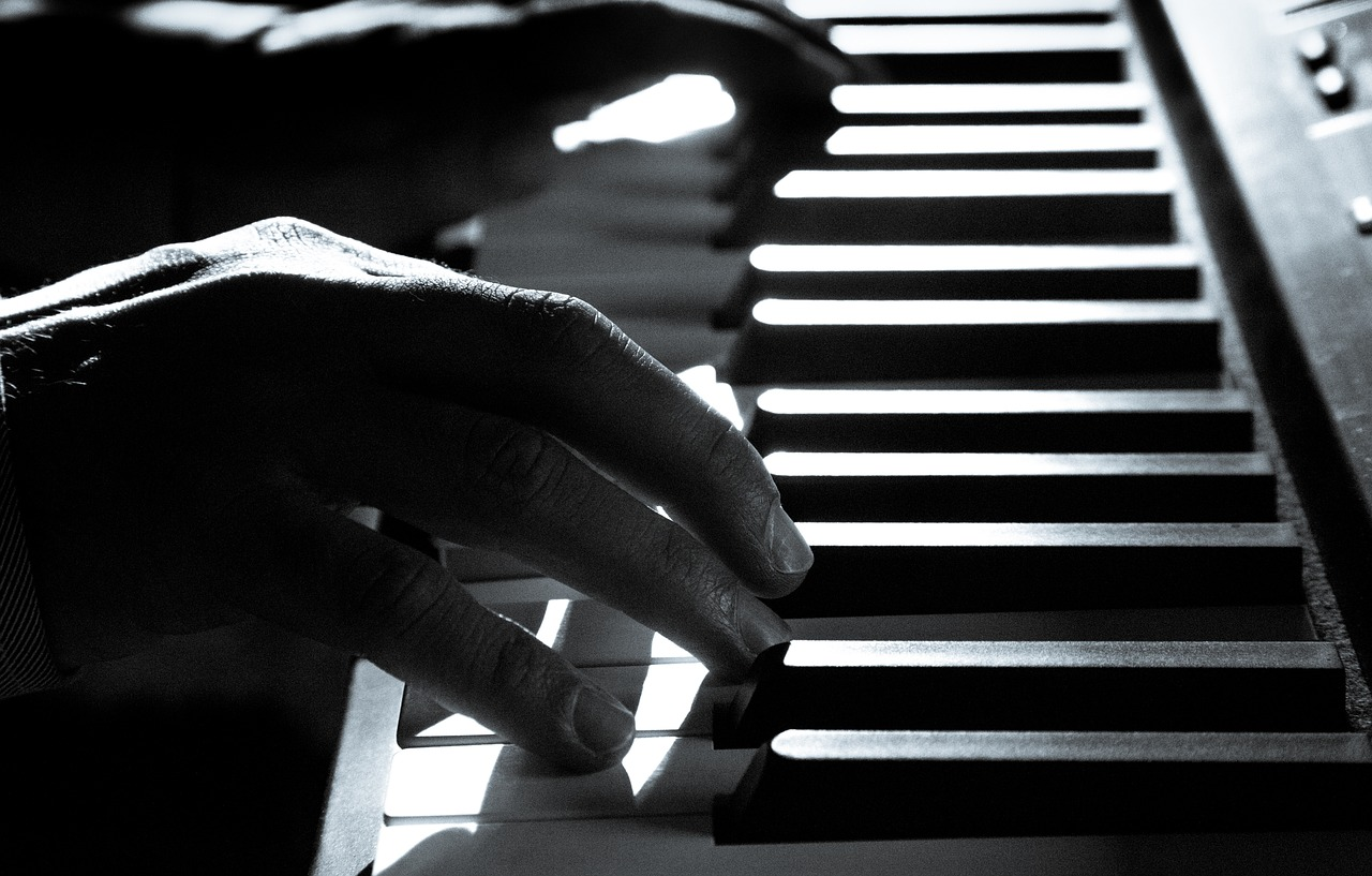Left hand focus G chord on Rickenbacker.jpg