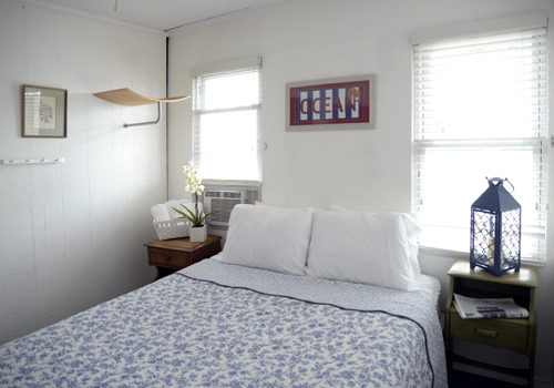 Room 3 - One queen size bed, ½ bath, a/c and ceiling fan. The room is brightly decorated and facing town and have a view over the bay. Click here to reserve.