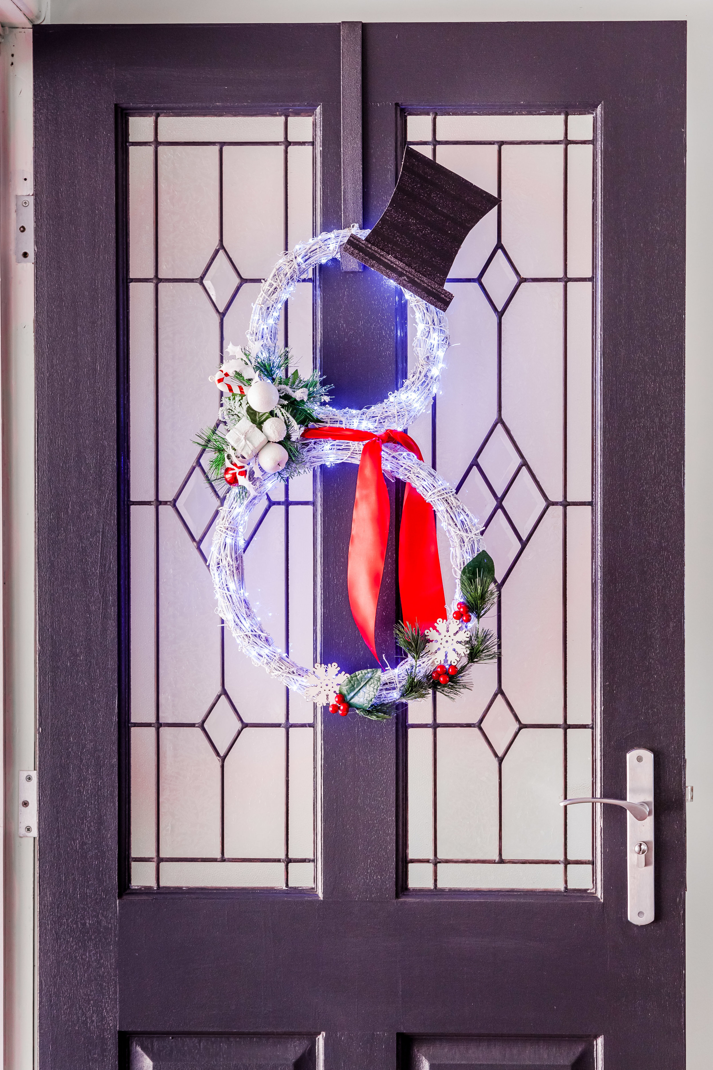 DIY Light Up Snow Man Wreath + Video | The Whimsical Wife