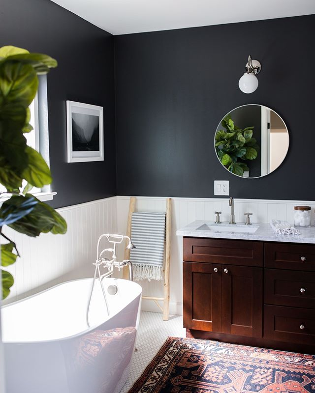 Great natural light in the bathroom means you can have dark walls + thriving plants. 🌿⁣ ⁣ #CanningProject | #MyDecorotation | Photography by @hameeha