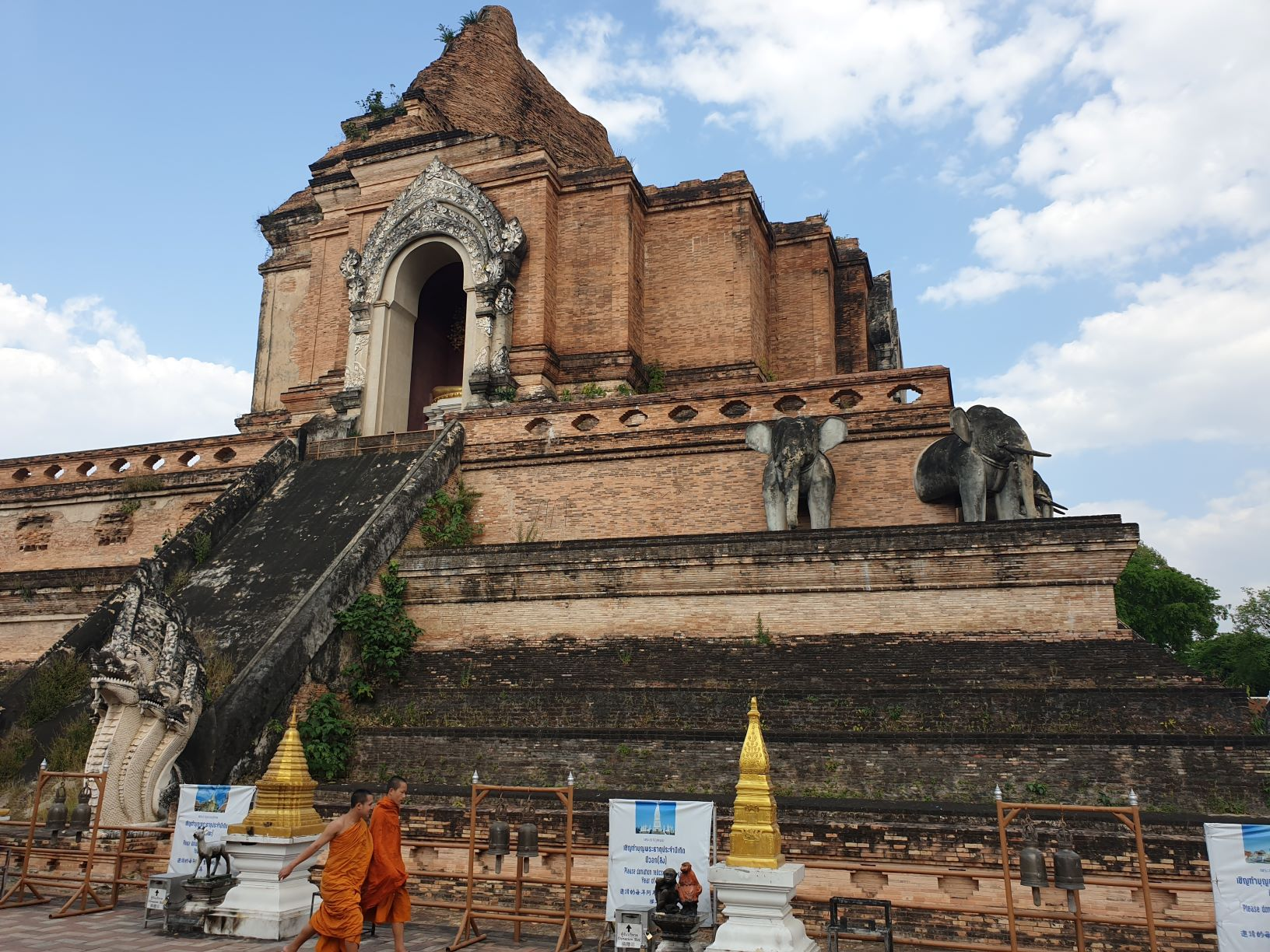 Monks at Wat Chedi Luang.jpg