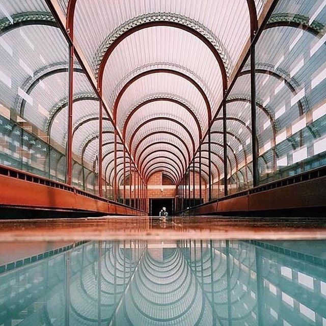 Got to love iconic architecture and vision... I wonder if franks clients told him to pull back or alter the vision or they trusted him to do what he knew was right.. ? . . . . . . . . #swimmingpool #art #architecture #franklloydwright #bonham #bonhaminterior #roofbeauty #underastarrysky #love #formandfunction