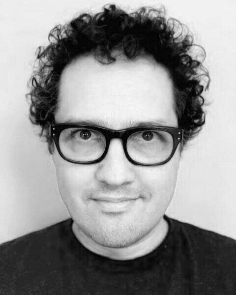 Daniel Belquer  é um artista intermídia, inventor e tecnólogo nascido no Brasil e residente nos EUA. Liderou a iniciativa ''Not Impossible Labs' Vibrotactile'', que começou como forma de ajudar pessoas surdas a terem uma experiência melhor de música ao vivo, evoluindo para uma plataforma vibrotátil imersiva, envolvendo o corpo. Além disso, compôs música original para cerca de 49 produções profissionais no Brasil e no exterior; é palestrante e facilitador de oficinas ao redor do mundo, diretor de teatro experimental, performer e artista de instalações interdisciplinares.