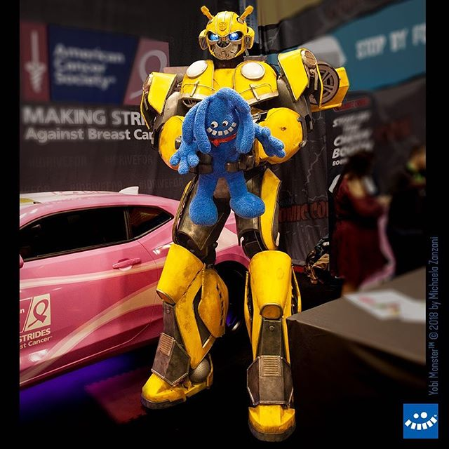 Uh oh, Yobi got in trouble with BumbleBee. Nope, little monsters don't get to drive a car. —Friends we met at ComicCon  Photo by @aobstudiophoto  #nycc #newyorkcomiccon #transformers #bumblebee #cosplay #comicbooks #comicfans #fun #yobiandyeti #yobimonster #newyork #cutemonsters #theseguysarefrompluto #aobstudiophoto  #bluemonster #comicon2018 #nycc2018