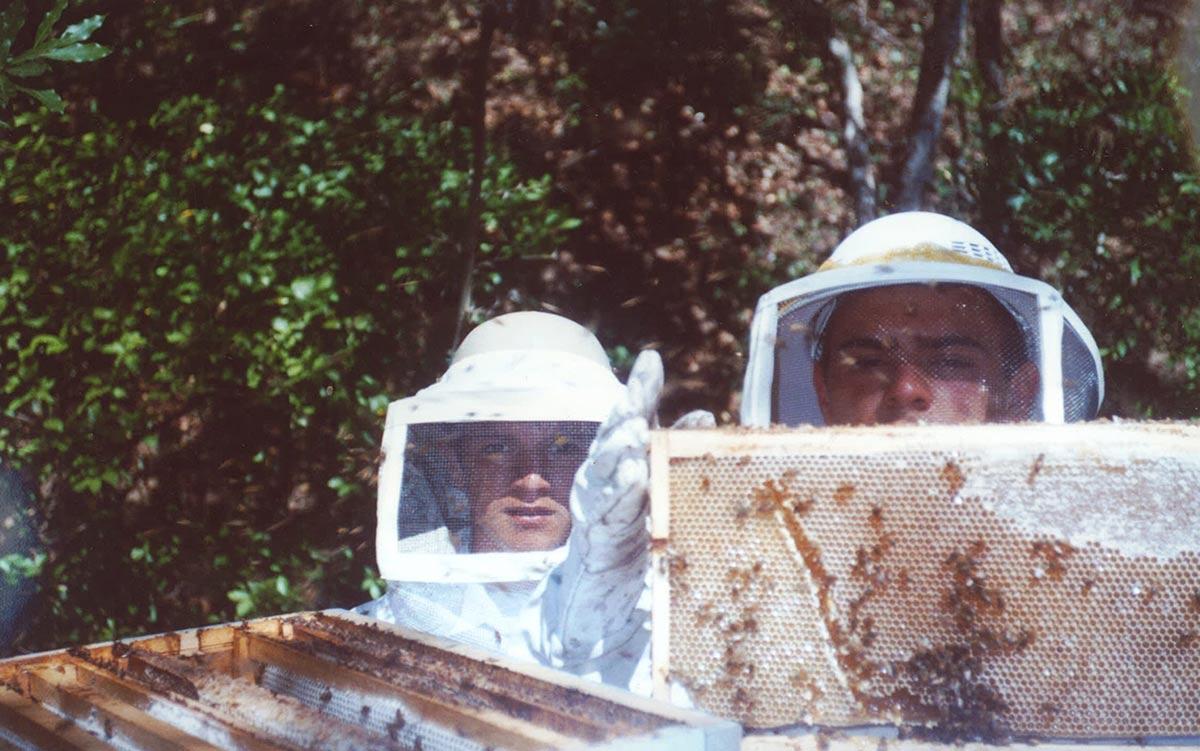 Luis Zamora y Carlos Zamora cosechando la miel cerca del año 2002.