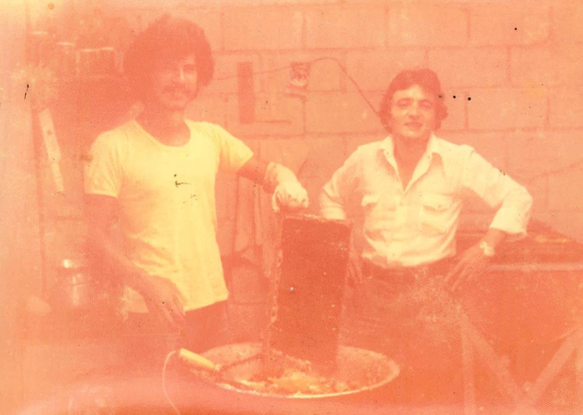 Primera extracción de miel cerca del año 1972.