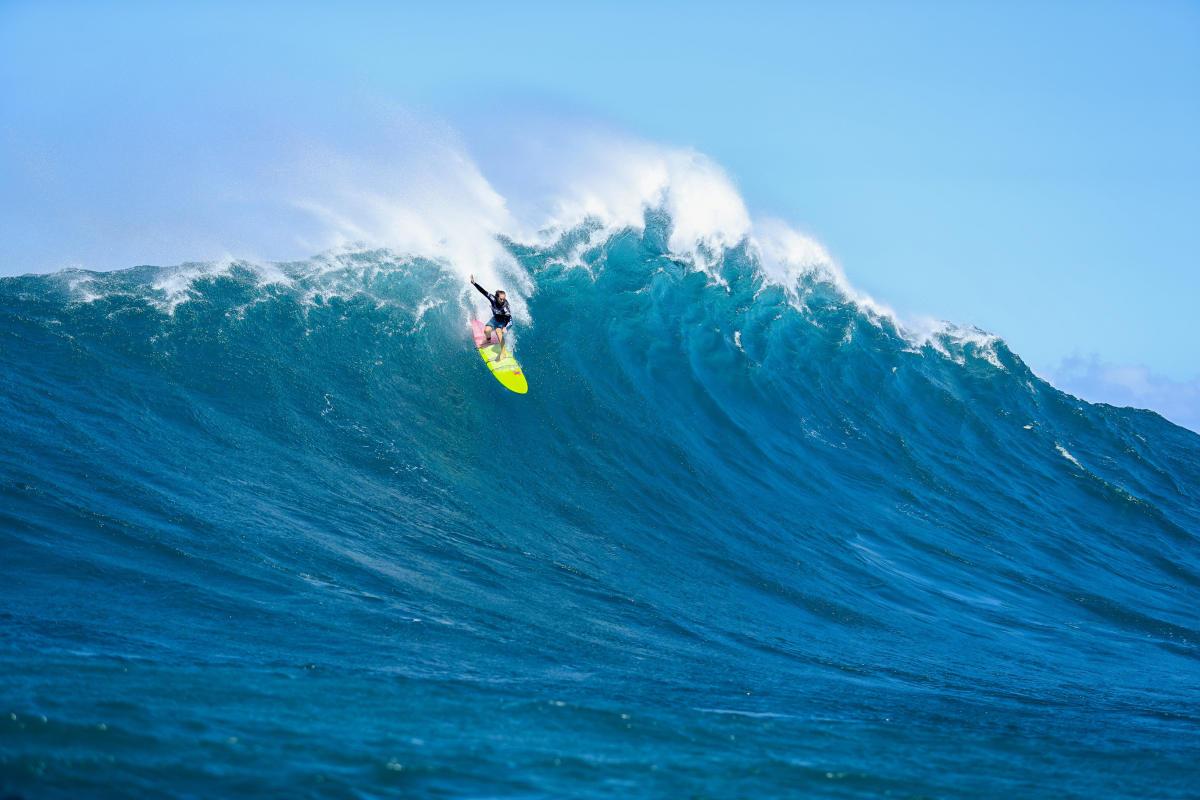 Paige Alms venceu o Pe'ahi Challenge feminino encarando ondas como essa.