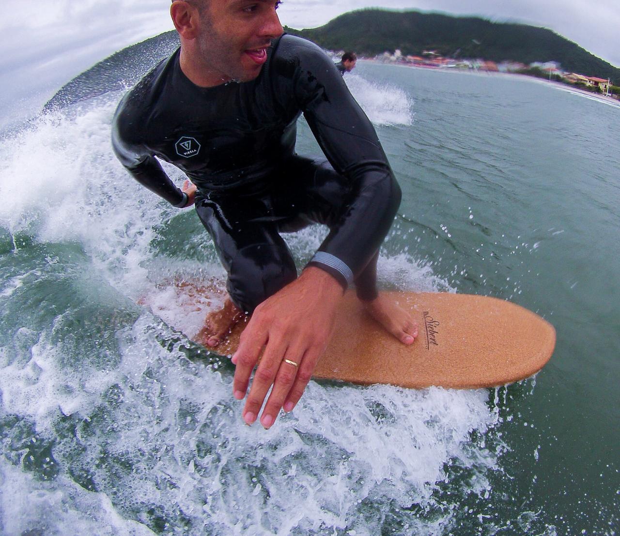 Palestrante do LSA, diretor premiado nesta edição e freesurfer, Junior Faria testa uma Siebert sem quilha feita de cortiça.