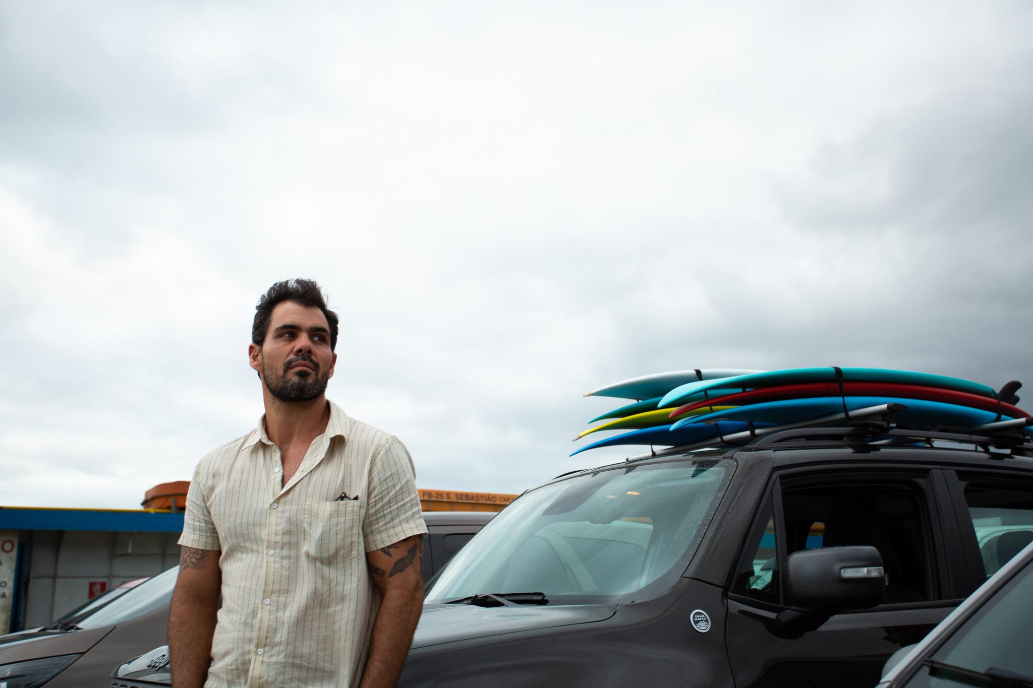 O ator e surfista Juliano Cazarré