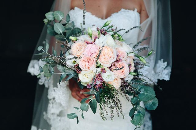 Let's start this week with one of my fave bouquets.  Planning: @catherine.dwe  Flowers: @laurakermezian Venue: Chateaux de Sainte Cecile