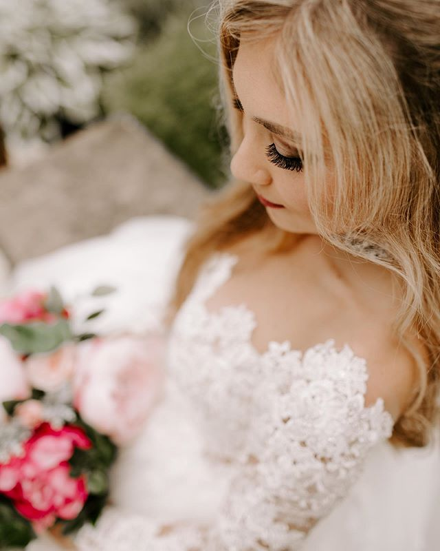 You guys. Samantha was UNREAL. She looked like an absolute queen and had a fairytale wedding to match. I'll never get over these pictures. Literally ever.🕊