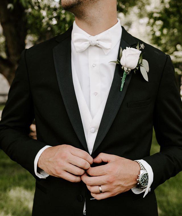 This guy is marrrrrried!✨ Love detail shots of grooms looking their very best!