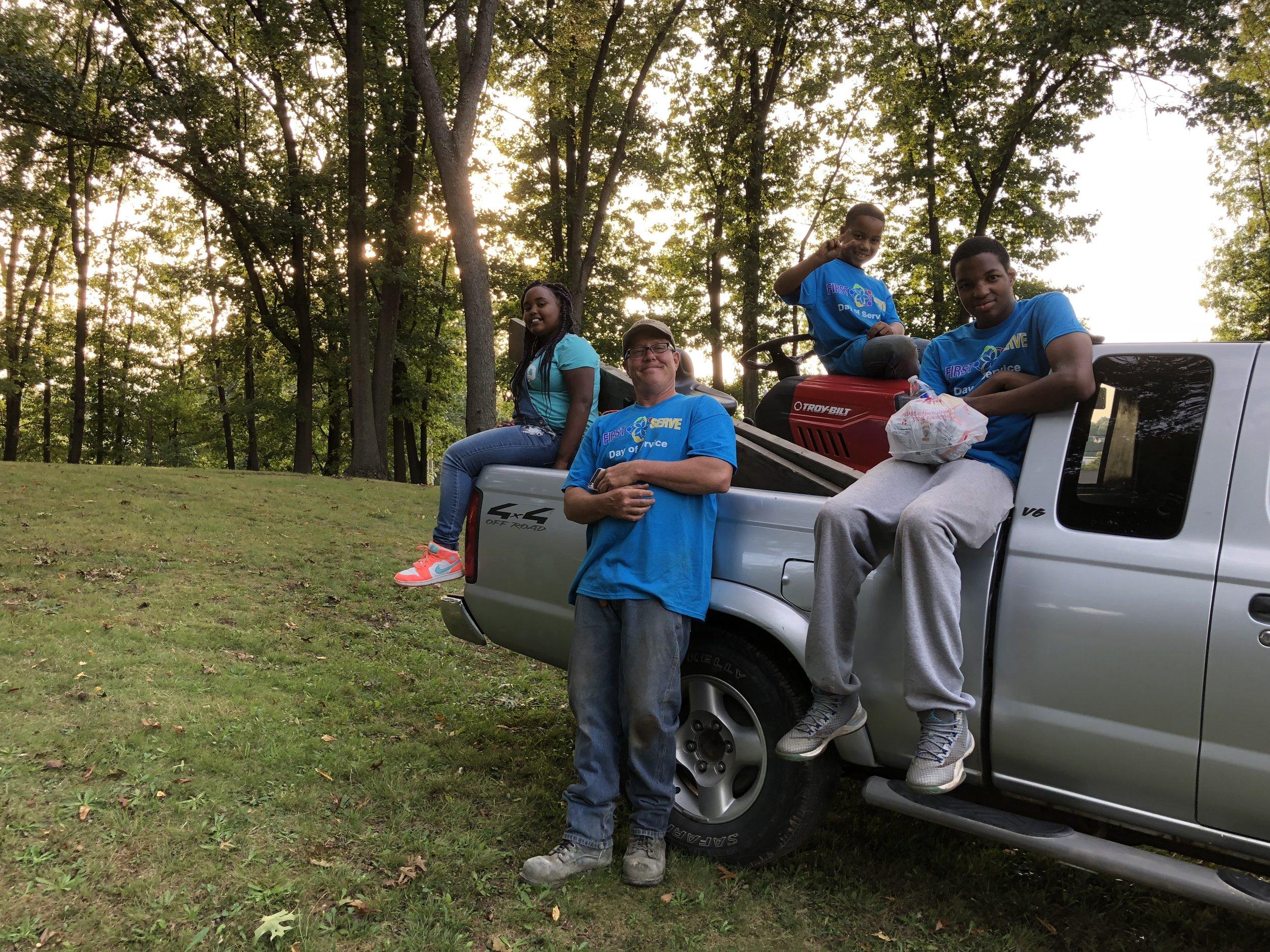 @PLAY_ParcoursTrail_Wood Thomas with neighborhood helpers.jpg