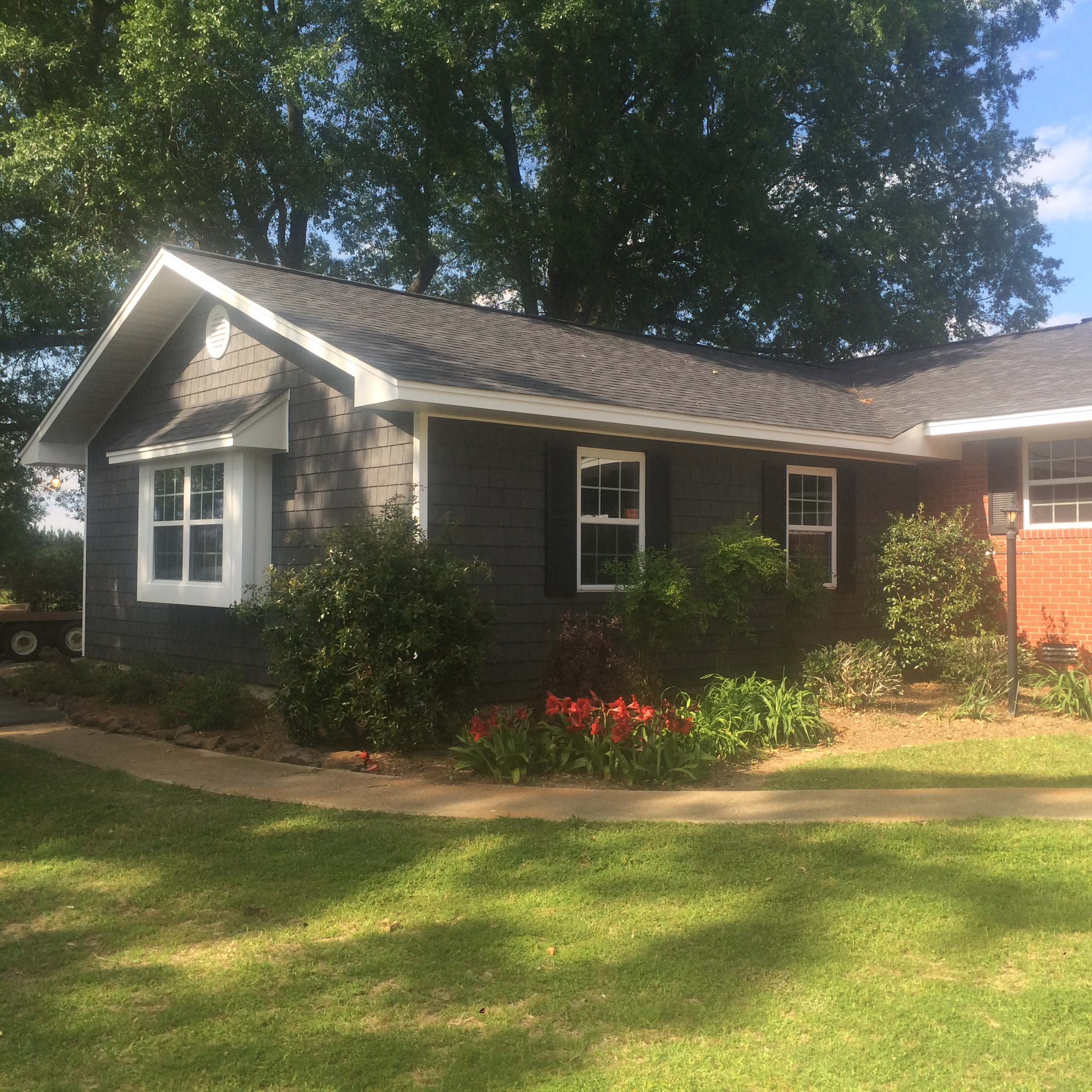 Novik Shakes with Alside White trim and Black shutters in Noxapater, MS.
