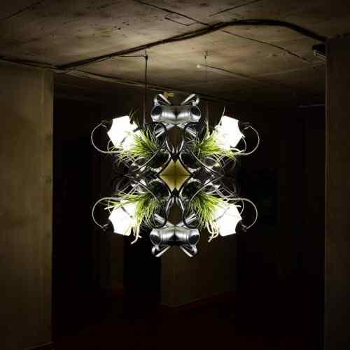 주체롭게 자라다1 Grow Autonomously1 _ flowerpot, artificial plants, water aperture, table, light, 110x120x100cm, 2017.jpg