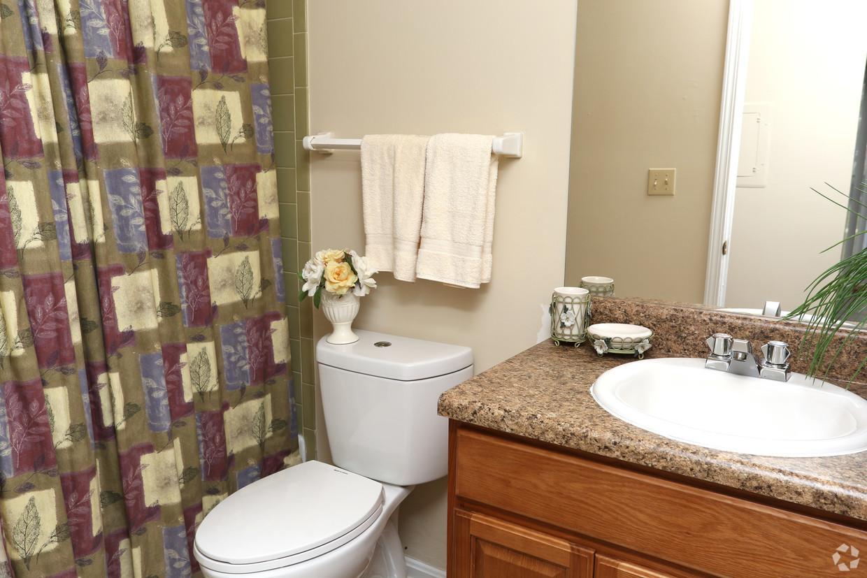 king-george-louisville-ky-2br-2ba---1150-sf---bathroom.jpg