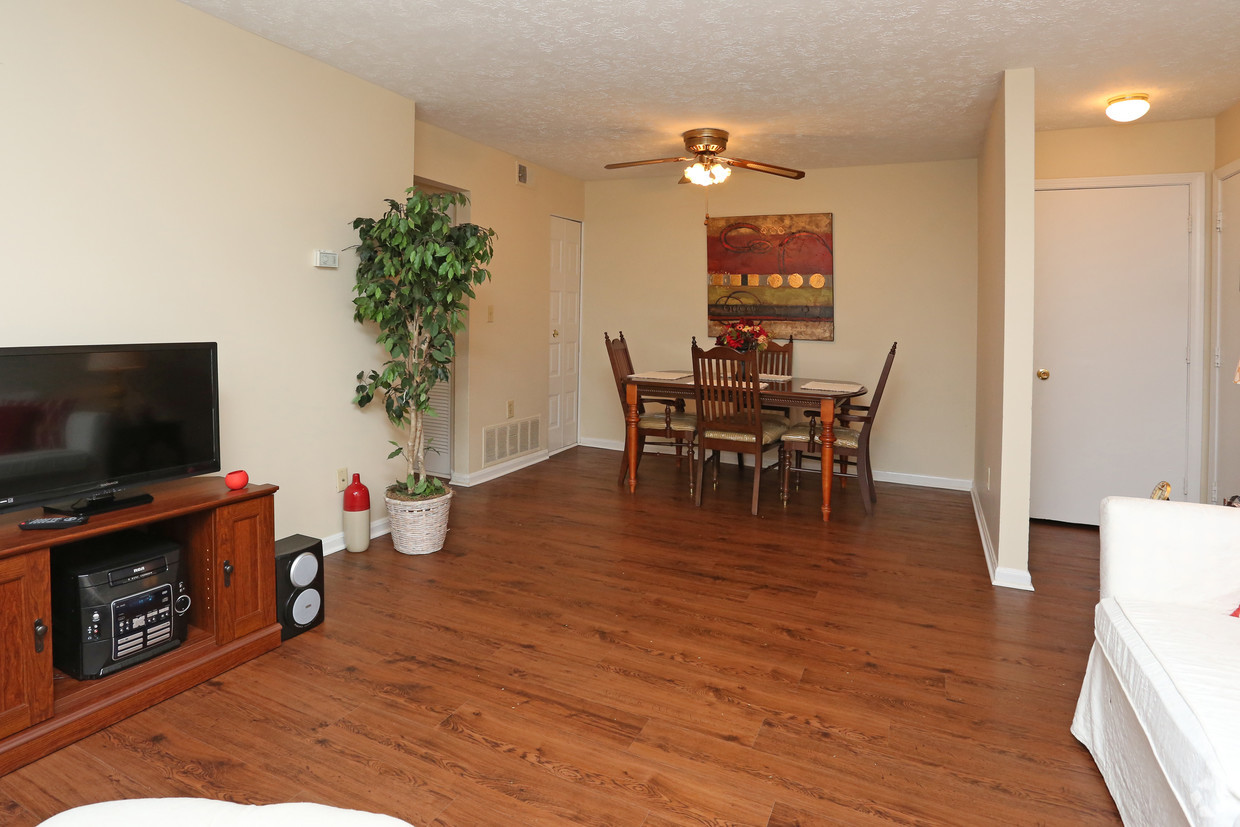 king-george-louisville-ky-2br-2ba---1150-sf---living-room-dining-a.jpg