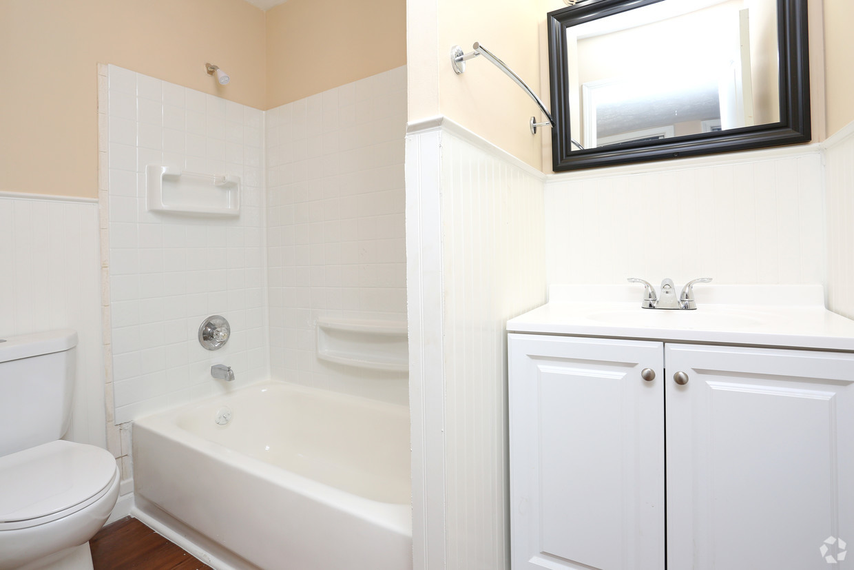 king-henry-lexington-ky-2br-15ba---850-sf---bathroom.jpg