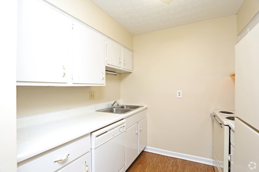 iroquois-garden-apartments-louisville-ky-1-br-1ba---800-sf---kitchen.jpg