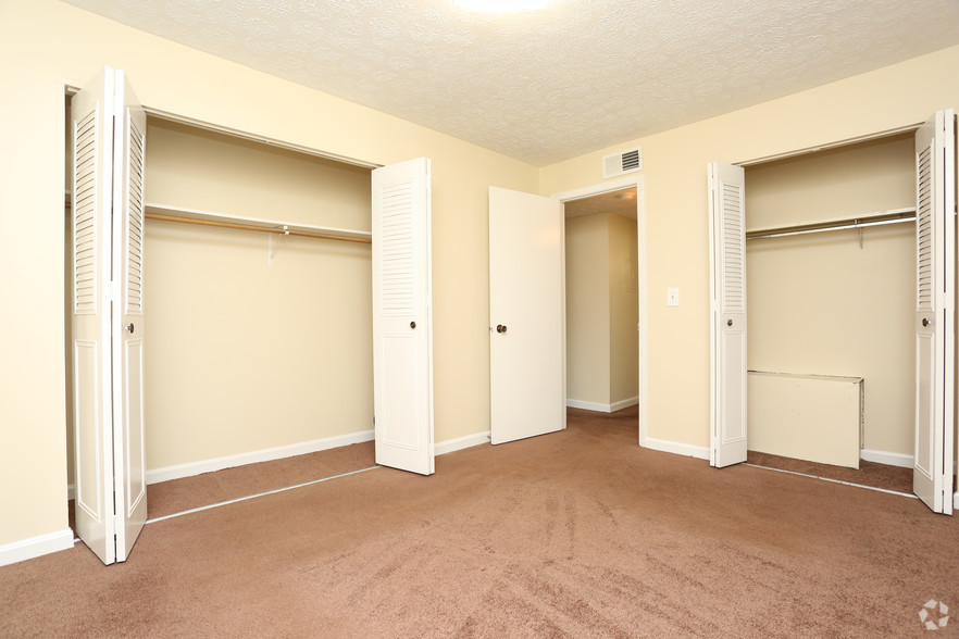 iroquois-garden-apartments-louisville-ky-1-br-1ba---800-sf---bedroom.jpg