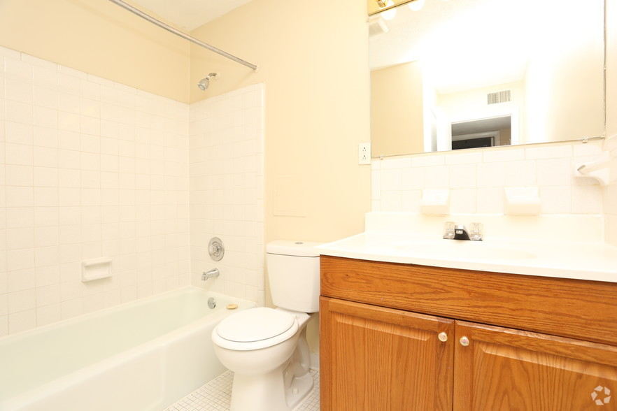 iroquois-garden-apartments-louisville-ky-2br-1ba---1000sf---bathroom.jpg