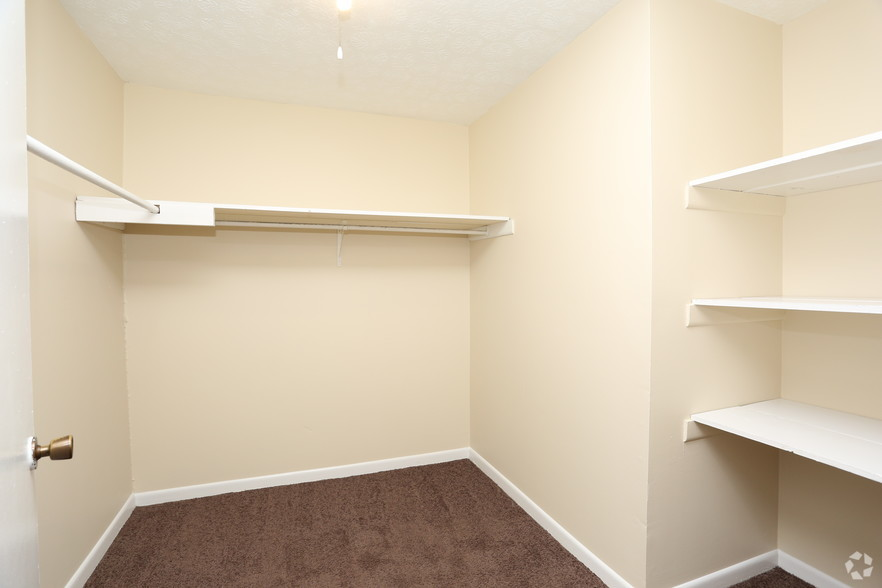 iroquois-garden-apartments-louisville-ky-walk-in-closet.jpg