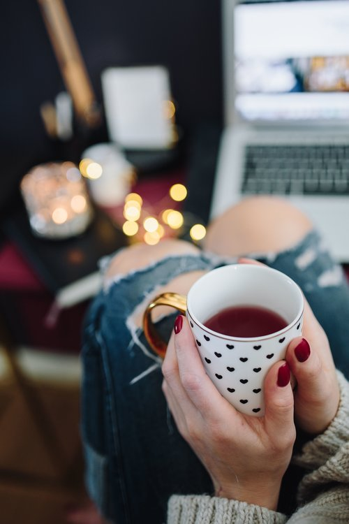 kaboompics_Woman+drinking+hot+tea+in+her+home+office+(1).jpg