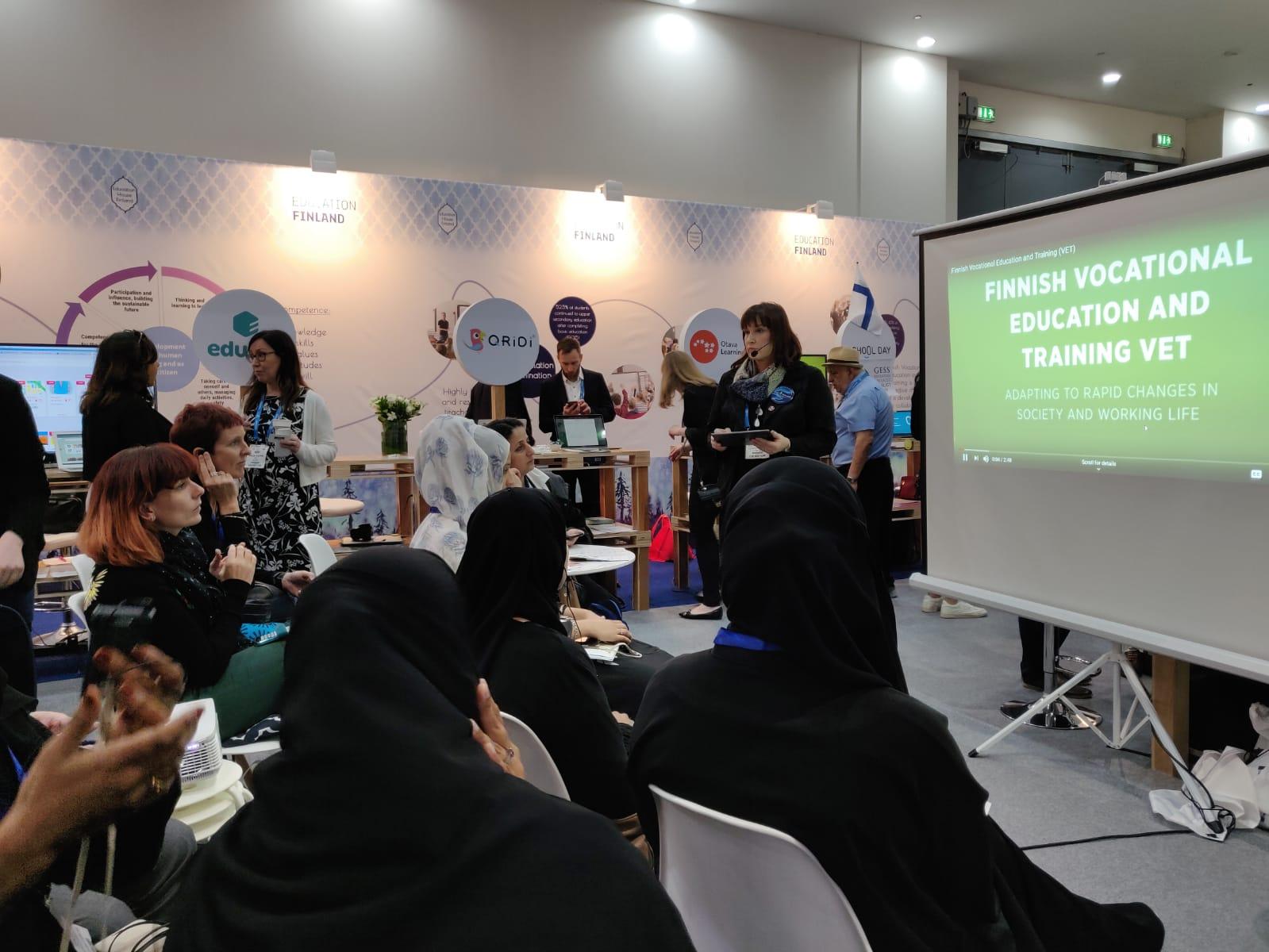 PINO Networkin Merja Paloniemi esittelee suomalaista ammattikoulutusta Gess Dubai 2019 -tapahtumassa.