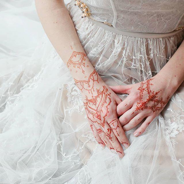 šaty od @whitedayprague  Děkuji @michaelavlastnikova  #henna#hennatattoo#tamarashmidt#mymehndiprague#hennaart#docasnetetovani#tetovani#tetovanihennou#hennatetovani#hennadesign#henatattoo#naturalhenna#tetovaniehennou#tetovanie#hennatetování#dočasnétetování#tetování#henna_art#mehndiart#mehndidesign#hennavčechách#hennavcechach#czhenna#czmehndi#czmehendi#svatebníhenna #svatebnihenna #tetovánísvatba #svatebnítetování#tetovanisvatba