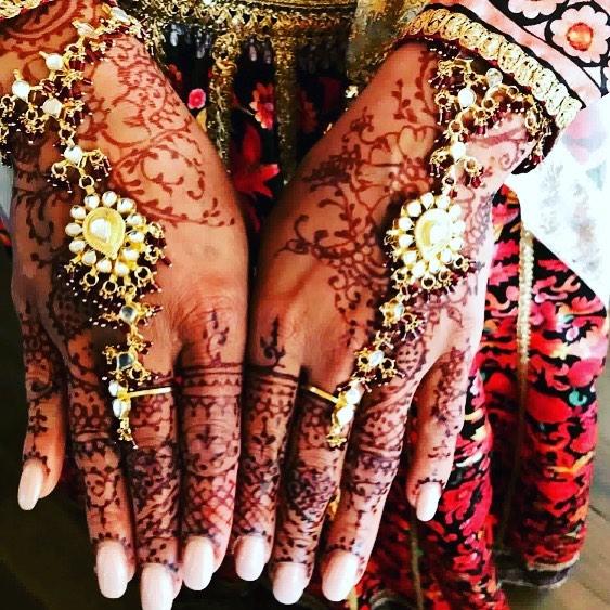 Wedding henna by @mymehndi.prague for the gorgeous bride 👰✨🌸 #mymehndiprague #henna #tetovanihennou #weddinghenna #hennapraha