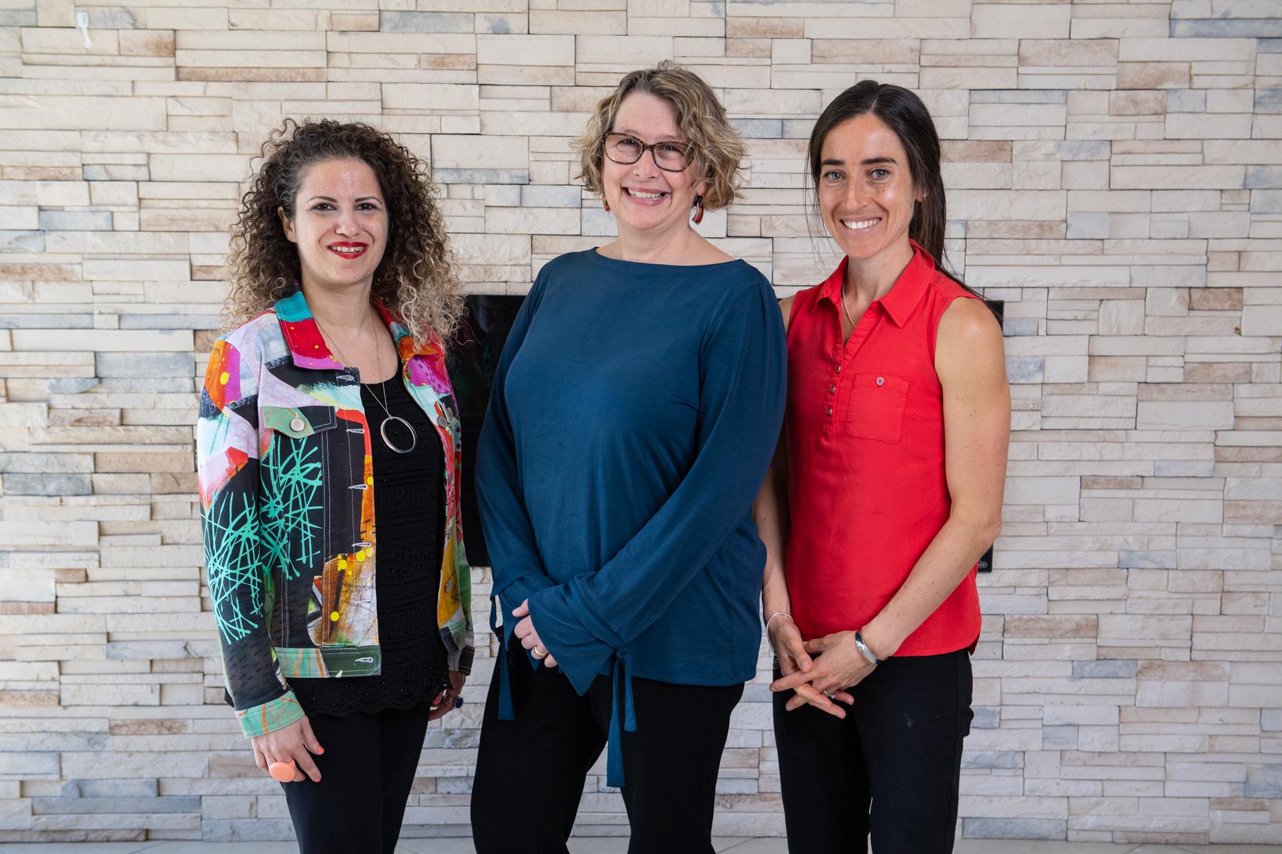 La Dre Rima Azar (co-directrice), la Dre Alison Luke (conseiller principal et associée de recherche), la Dre Shelley Doucet (co-directrice)