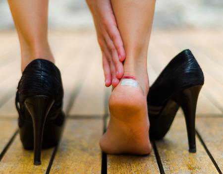 59421444_S_blister_woman_shoe_high_heel_tight_bandaid.jpg