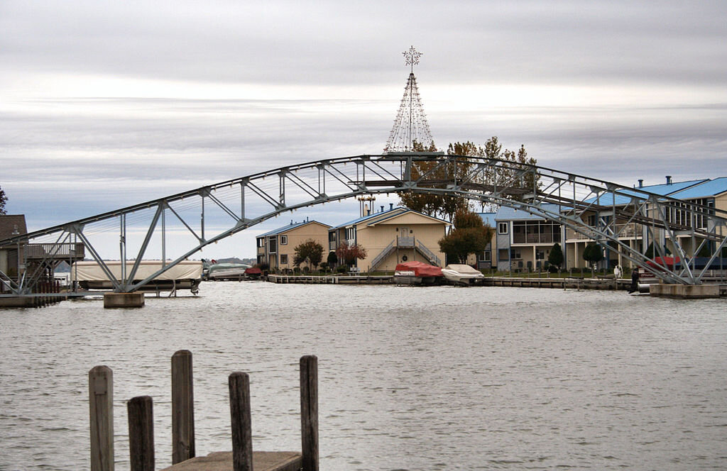 1024px-Russells-point-ohio-indian-lake-arch.jpg