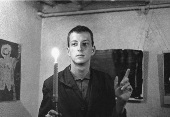 Vernissage de l'exposition manifeste L'art, besoin naturel de l'homme, dans les WC publics de la Place du Bourg-de-Four à Genève. Interview par la Radio télévision romande. 1961, Gérard Thalmann a 17 ans  ©Xdr WC Bourg-de-Four