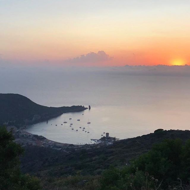 Tramonti che tolgono il respiro... 🌅 #giglio #sunset #sea #island #islandlife #paradise #dream #summer #summer2019 #giglionelblu #tramonto #estate #italian #holiday #house #apartmenttherapy #rent #isoladelgiglio #travel #tourism #tourist #instagood #mytinyatlas #lonelyplanet #bbctravel #italy #perfect #passionpassport
