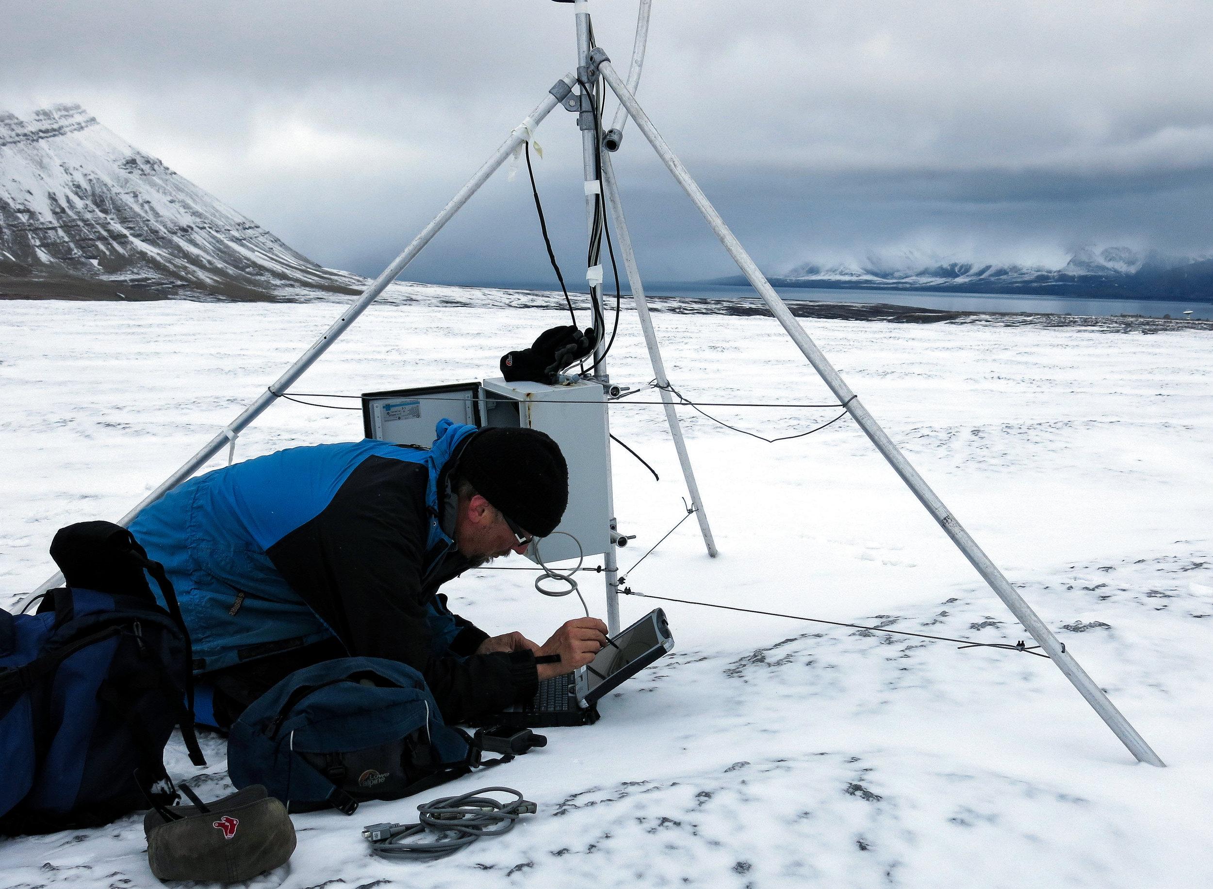 Glaciologist Jack Kohler monitoring glaciers around Kongsfjorden in Svalbard.<br>JONAA © Helge M. Markusson, Fram Centre
